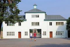 Gedenkstätte und Museum Sachsenhausen; Auf dem Gelände des ehem. KZ Sachsenhausen wurde 1961 die Nationale Mahn- und Gedenkstätte Sachsenhausen zur Erinnerung an das Konzentrationslager und sein Vorgängerlager, das KZ Oranienburg eingerichtet.
