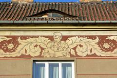 Wohngebäude in Terezin / Theresienstadt - Fries unter dem Dach, Soldat mit Kind.