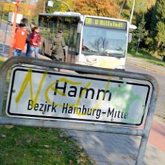 Stadtteilschild von Hamburg Hamm - Bezirk Hamburg Mitte; Bushaltestelle, Bus nach Hamburg Billstedt.