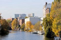 Blick von der Brücke Osterbrook auf die Gewerbearchitektur / Speicher am Mittelkanal in Hamburg Hamm.