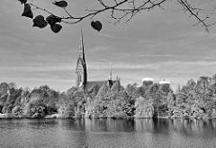 Blick über den Kuhmühlenteich zur St. Gertrud-Kirche in Hamburg Uhlenhorst.