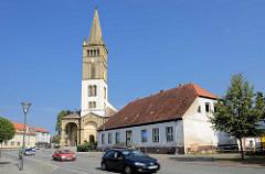 Kirchturm der evangelischen Kirche St. Nicolai in Oranienburg - erbaut 1866 im Auftrag von König Friedrich Wilhelm IV. durch den Architekten Friedrich August Stüler; neuromanischer Baustil.