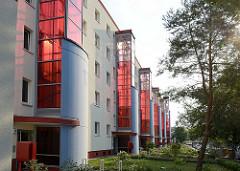 Plattenbauten in Oranienburg - vorgebauter Fahrstuhl mit roter Verglasung.