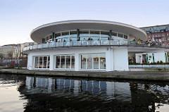 Alsterpavillon an der Binnenalster / Jungferstieg in der Hansestadt Hamburg - erbaut 1952–1953 nach Plänen des Architekten Ferdinand Streb.