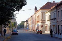 Wohnhäuser / Geschäftshäuser in Terezin, Fussgänger.