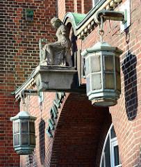 Eingang der Hansaburg in Hamburg Hamm / Laternen und Skulptur; erbaut 1915 als Papierfabrik, Architekt  Heinrich Schöttler.