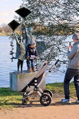 """Skulptur """"Drachensteigenlassende Kinder"""" - Bildhauer Gerhard Brandes / 1963; aufgestellt am Alsterufer in Hamburg Rotherbaum."""