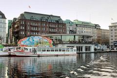 Alsterpavillon an der Binnenalster / Jungferstieg in der Hansestadt Hamburg - erbaut 1952–1953 nach Plänen des Architekten Ferdinand Streb. Geschäftshäuser, Kontorhäuser / Hamburger Hof am Jungfernstieg - einige der fünf Hamburger Märchenschiffe am A
