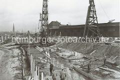Der alte Petroleumhafen wurde ab der 1920er Jahre zum Südwesthafen umgebaut. Die Kaianlage des zukünftigen Togokais ist eine Baustelle. Rammen treiben Pfeiler als Unterkonstruktion des Hafenkais in den Untergrund - auf der anderen Seite der E