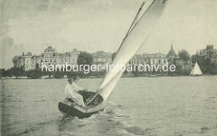 Segelboot auf der Hamburger Aussenalster - Stadtvillen an der Bellevue.