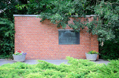 Denkmal beim ehem. Klinkerwerk Sachsenhausen. Inschrift: Auf diesem Gelände stand von 1938 bis 1945 das Klinkerwerk - ein Aussenlager des Konzentrationslagers Sachsenhausen. Der unmenschlichen Ausbeutung und dem grausamen Terror der SS fielen tausend