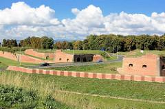 Blick über die Festungsanlagen am Ortseingang Terezin, Theresienstadt.