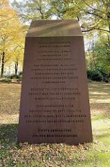 """Gedenktafel an der Dreifaltigkeitskirche in Hamburg Hamm; Weltkriegsmahnmal - Inschrift in Anlehnung an das Vaterunser:  """"Vergib uns unsere Schuld.  Im Gedenken an die Menschen, die Opfer von Schuld und Leiden geworden sind....."""