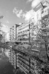 Moderne Wohnhäuser mit Balkons am Goldbekkanal in Hamburg Winterhude / Dorotheenstrasse.