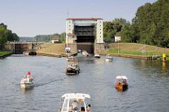 Sportboote verlassen die Lehnitzschleuse in Oranienburg und fahren in den Lehnitzsee / Havel ein.  Die Schleusenanlage Lehnitz wurde 1910 erbaut - sie hat eine nutzbare Länge von 80 Meter und eine Breite von 10 Metern - die Hubhöhe beträgt ca. 5,65