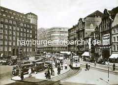 Blick auf den Hamburger Gänsemarkt zur Vorkriegszeit - Taxis stehen am Taxistand, Strassenbahnen fahren in die Haltestelle ein.  Hinter dem Lessingdenkmal die Hamburger Finanzbehörde, Architekt Oberbaudirektor Fritz Schumacher, dahinter das Deuts