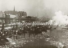 Barkassen und Schlepper am Jonashafen, Vorsetzen in der Hamburger Neustadt. Hochbahnviadukt und Haltestelle Baumwall, dahinter die Turmspitze der Nikolaikirche und der Kirchturm der St. Katharinenkirche.