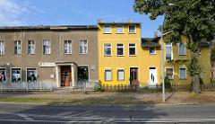 Wohnhäuser in Oranienburg - Fassade in Rauhputz / Grobputz, teilweise restauriert / gestrichen.