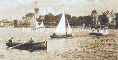 Historisches Motiv von der Hamburger Aussenalster - Ruderboot mit zwei Männern - Segelboote unter Segeln, ein Alsterdampfer fährt zum Anleger an der Fährhausstrasse.