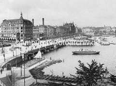 Historische Darstellung von der Reesendammbrücke und dem Jungfernstieg an der Binnenalster - im Vordergrund Ruderboote eines Bootsverleihs am Steg. Eine Schute wird von einer Barkasse Richtung Kleine Alster gefahren. Im Hintergrund Geschäftshäuse