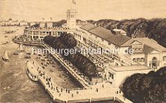 Historische Luftaufnahme vom Uhlenhorster Fährhaus in der Hansestadt Hamburg - Gäste sitzen auf der Terrasse und der Aussichtsplattform des Gebäudes - ein Alsterdampfer hat am Anleger festgemacht - Ruderboote und Segelboote auf dem Wasser.
