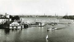 Historische Ansicht der Hamburger Aussenalster - Skyline / Panorama der Hansestadt mit Kirchtürmen. Im Vordergrund das Uhlenhorster Fährhaus - Segelboote und dazwischen Alsterdampfer.