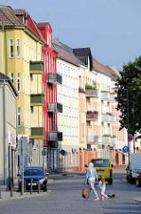 Mehrstöckige Wohnhäuser mit bunter Fassade an der Stralsunder Strasse in Oranienburg.