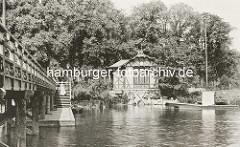 Historische Fotografie beim Holzsteg Anleger Rabenstrasse an der Hamburger Binnenalster - Holzgebäude der Polizei am Ufer.