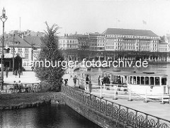 Altes Bild vom Dampfer-Anleger Jungfernstieg an der Hamburger Binnenalster; Passagiere besteigen einen Alsterdampfer Richtung Barmbeck. Im Hintergrund der Neue Jungfernstieg und das Hotel Vier Jahreszeiten.