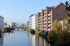 Blick von der Osterbrookbrücke auf den Mittelkanal in Hamburg Hamm - Wohnhäuser mit Balkons, Bürohäuser.