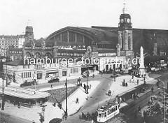 Historische Ansicht vom Hamburger Hauptbahnhof - Blick über den Steintorwall; eine Strassenbahn steht an der Haltestelle - ovales Gebäude mit der Aufschrift Fremdenverkehrsverein. Der Hamburger Hauptbahnhof wurde 1906 in Betrieb genommen.