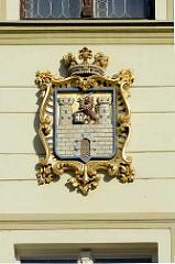 Altes Wappen von Terezin an der Fassade vom Rathaus.