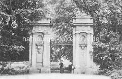 Historische Ansicht vom  Eingangsportal zum Schlossgarten vom Schloss Oranienburg - das älsteste Barockschloss in  Brandenburg. In der Regierungszeit Friedrichs III./I. (1688 – 1713) wurde Oranienburg eine der bedeutendsten Schloss- , Garten- un