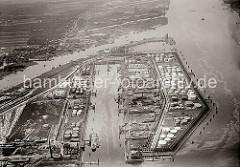 Luftfoto vom Petroleumhafen auf Hamburg Waltershof; lks. die Tanklager am Ufer der Elbe. am oberen Bildrand der Finkenwerder Yachthafen - Sportboot liegen dort vor Anker. Auf der der anderen Seite des Köhlfleets der Finkenwerder Anleger, an dem d