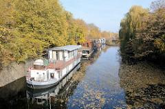 Hausboote am Eilbekkanal - Herbstbäume am Kanalufer; Bilder aus den Hamburger Stadtteilen.
