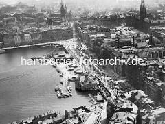 Alte Luftaufnahme vom Hamburger Jungfernstieg und dem Anleger an der Binnenalster. Lks. oben das Hamburger Rathaus und der Rathausplatz - in der oberen Bildmitte die Petrikirche.