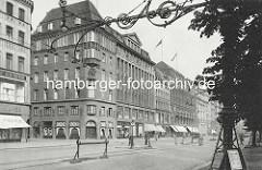 Historisches Foto vom Jungfernstieg in der Hamburger Neustadt / Innenstadt. Geschäftshäuder / Kontorhäuser beim Neuen Wall - hohe Eiserne Strassenlaterne, Kandelaber.
