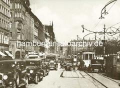 Altes Bild vom Strassenverkehr in der Hansestadt Hamburg am Jungfernstieg - Kollision / Zusammenstoss eines KFZ mit einer Strassenbahn.