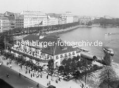 Historische Luftansicht vom Alsterpavillon am Hamburger Jungfernstieg - Alsterdampfer fahren auf der Binnenalster - im HIntergrund das Hotel Vier Jahreszeiten und Geschäftshäuser am Neuen Jungfernstieg.