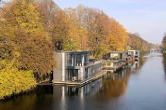 Herbstbäume am Ufer vom Eilbekkanal in Hamburg Uhlenhorst - Hausboote haben am Kanal festgemacht.