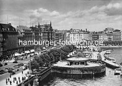 Hamburg Innenstadt / Neustadt - historischer Ansicht vom Jungfernstieg und dem Anleger an der Binnenalster. Im Vordergrund der alte Verkehrspavillion, dahinter der Alsterpavillion. Fussgänger und fahrende / parkende Autos auf dem Jungfernstieg; G