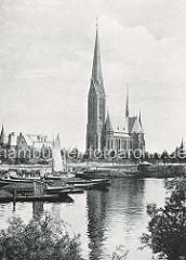 Historische Darstellung vom Kuhmühlenteich und der St. Gertrudkirche in Hamburg Uhlenhorst - Arbeitsschiffe / Schuten liegen mit Ladung Schutt / Kohlen am Kai - Pferdefuhrwerke auf der Kaistrasse, ein Ewer liegt unter Segel zwischen den Leichtern