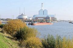 Blick vom Ausschläger Elbdeich auf die Billwerder Bucht in Hamburg Rothenburgsort - ein Binnenschiff hat am Liegeplatz festgemacht, dahinter die Industriearchitektur vom Kraftwerk Tiefstack.