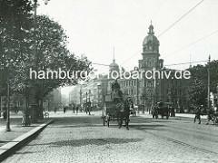 Historische Ansicht aus der Hambuger Neustadt - Blick vom Dammtordamm zum Stephansplatz und der Dammtortstrasse. Pferdekutschen / Pferdefuhrwerke auf dem Kopfsteinpflaster - Gebäude der Oberpostdirektion,  fertiggestellt 1887 - Entwürfe Julius Ca