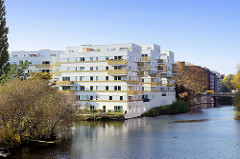 Moderner Neubau, Wohnhaus am Kanalufer in Hamburg Hamm - lks. die Mündung vom Rückertkanal, re. der Mittelkanal.