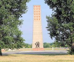 Gedenkstätte und Museum Sachsenhausen; Auf dem Gelände des ehem. KZ Sachsenhausen wurde 1961 die Nationale Mahn- und Gedenkstätte Sachsenhausen zur Erinnerung an das Konzentrationslager und sein Vorgängerlager, das KZ Oranienburg eingerichtet . Mahnm
