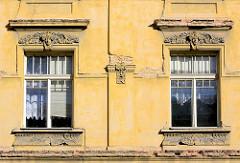 Fenster mit Dekorelementen, Stuck / Gründerzeit, Jugendstil - Terezin, Theresienstadt.