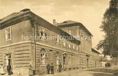 Historisches Bildmaterial aus Theresienstadt - Gebäude vom K. u. k. Offizierskasino - Fussgänger, Pferdewagen.