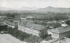 Historisches Flugbild von Theresienstadt / Terezin, Kasernen - Berge im Hintergrund.