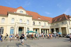 Bahnhofsgebäude / Reisende auf dem Bahnhofsplatz, Oranienburg.